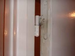 un gond de porte